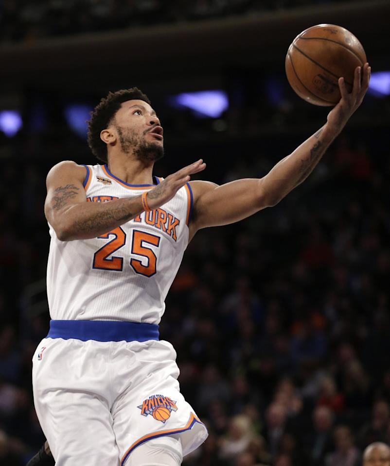 New York Knicks' Derrick Rose drives to the hoop during the first half of the NBA basketball game against the Atlanta Hawks, Monday, Jan. 16, 2017 in New York. (AP Photo/Seth Wenig)