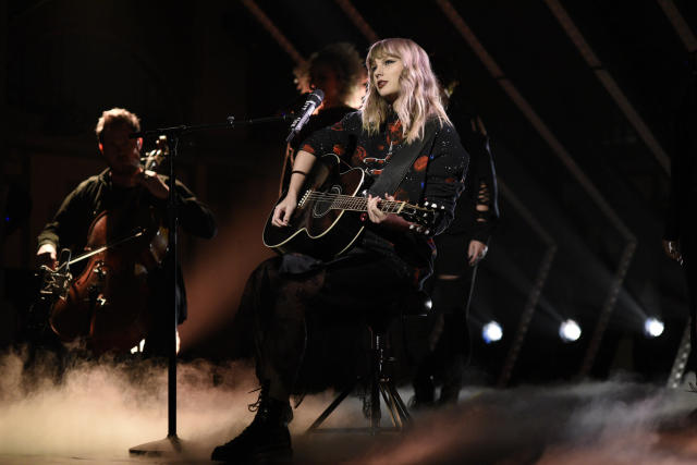 """Taylor Swift performs on """"Saturday Night Live."""" (NBC via Getty Images)"""