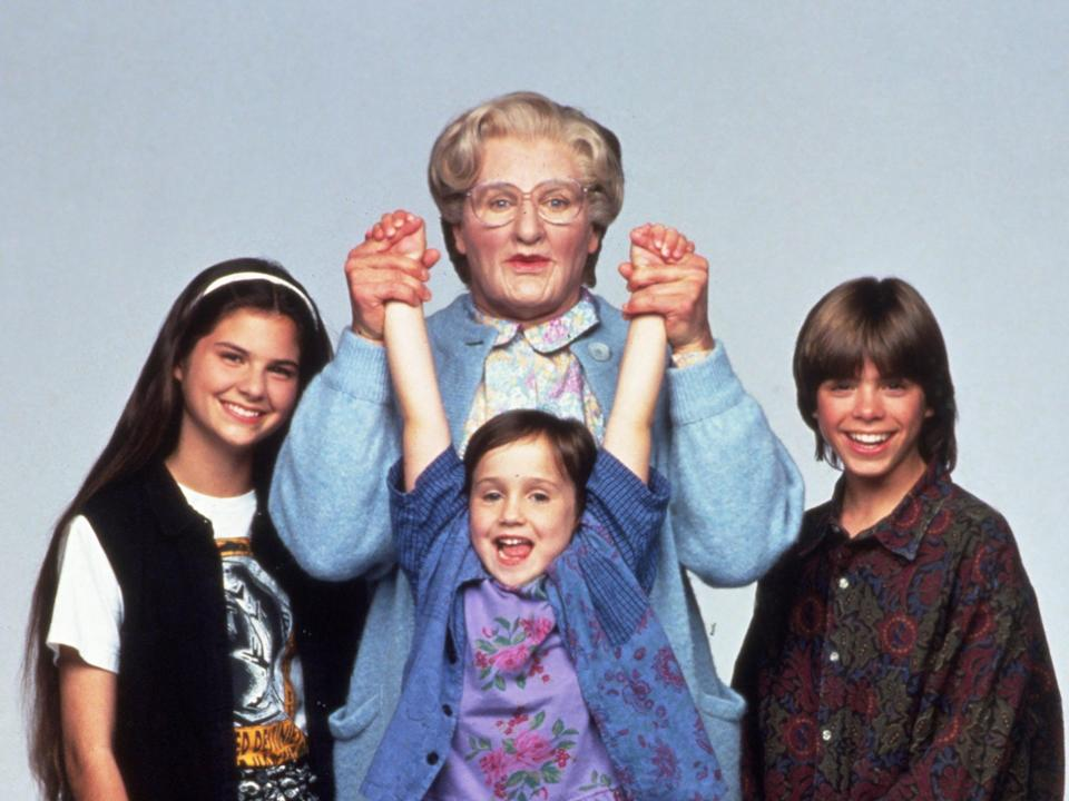 Lisa Jakub, Robin Williams, Mara Wilson y Matthew Lawrence en Mrs Doubtfire de 1993 (Snap/Shutterstock)