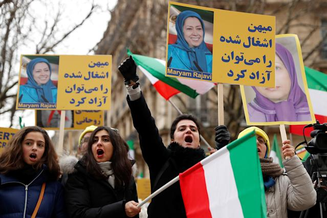 <p>People demonstrate in solidarity with anti-government protests in Iran near the Iranian embassy in Paris, France, Jan. 6, 2018. (Photo: Gonzalo Fuentes/Reuters) </p>