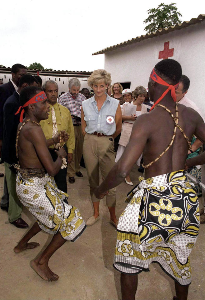 LUANDA, ANGOLA - JANUARY 14:  During Her Red Cross Visit - Diana, Princess Of Wales Watching Traditional Dancers At Kikolo Health Centre In Luanda, Angola.  (Photo by Tim Graham Picture Library/Getty Images)