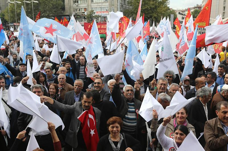 Turkey's Alawites gather on October 12, 2014, in Ankara to protest against the government's anti-secular education policy and to condemn militants of the Islamic State (IS) surrounding Syrian town of Kobane (AFP Photo/Adem Altan)