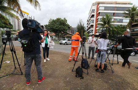 Journalists work in front of the Brazil's new president-elect, Jair Bolsonaro condominium in Rio de Janeiro, Brazil October 29, 2018. Picture taken October 29, 2018.  REUTERS/Sergio Moraes