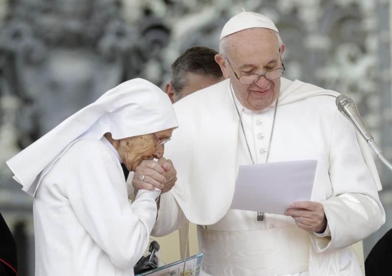 Pope To Meet With Autistic Kids To End >> Pope Allows Ring Kissing After Pulling Hand Away At Event