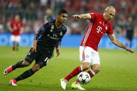 Football Soccer - Bayern Munich v Real Madrid - UEFA Champions League Quarter Final First Leg - Allianz Arena, Munich, Germany - 12/4/17 Bayern Munich's Arjen Robben in action with Real Madrid's Casemiro  Reuters / Michaela Rehle Livepic
