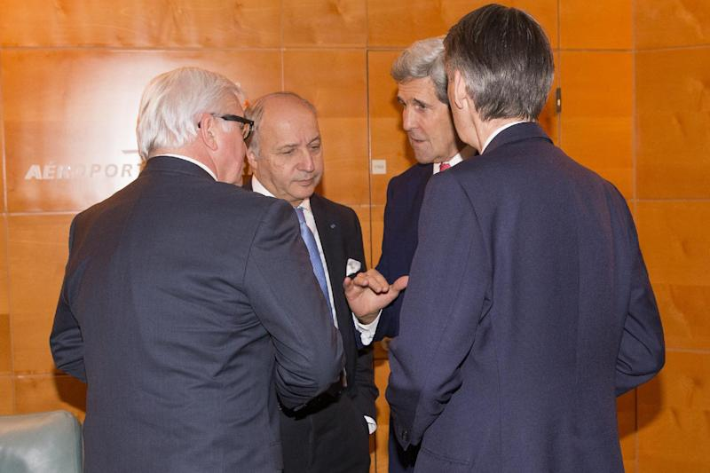 US Secretary of State, John Kerry (2ndR), speaks with German Foreign minister Frank-Walter Steinmeier (L), French Foreign minister Laurent Fabius and British Foreign minister (R), on December 15, 2014 at Orly airport, near Paris (AFP Photo/Evan Vucci)