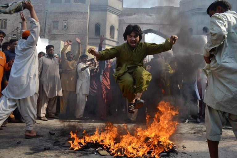 Pakistani Sunni Muslims protest against the attack on a Sunni mosque and seminary, in Multan on November 16, 2013