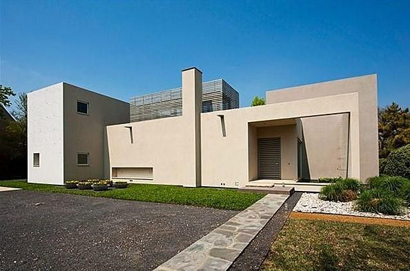 """<b>Max Levy Modern</b><br> <a href=""""http://homes.yahoo.com/Texas/Dallas/5423-bent-tree-dr:b0b8c46cdfaf658e5ea4d3c01e61ca"""" data-ylk=""""slk:5423 Bent Tree Dr, Dallas, TX"""" class=""""link rapid-noclick-resp"""">5423 Bent Tree Dr, Dallas, TX </a><br> For sale: $1.525 million<br><br> Architect Max Levy is well-known in his native Dallas, where he designed this home, coined """"Sunlit House"""" for its light-filled open spaces. The 3,963-square-foot home surrounds an inner grassy courtyard and other outdoor living spaces."""