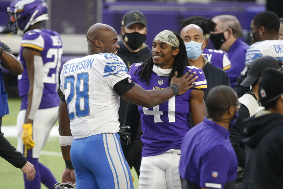 Adrian Peterson and Anthony Harris talk without face masks on.