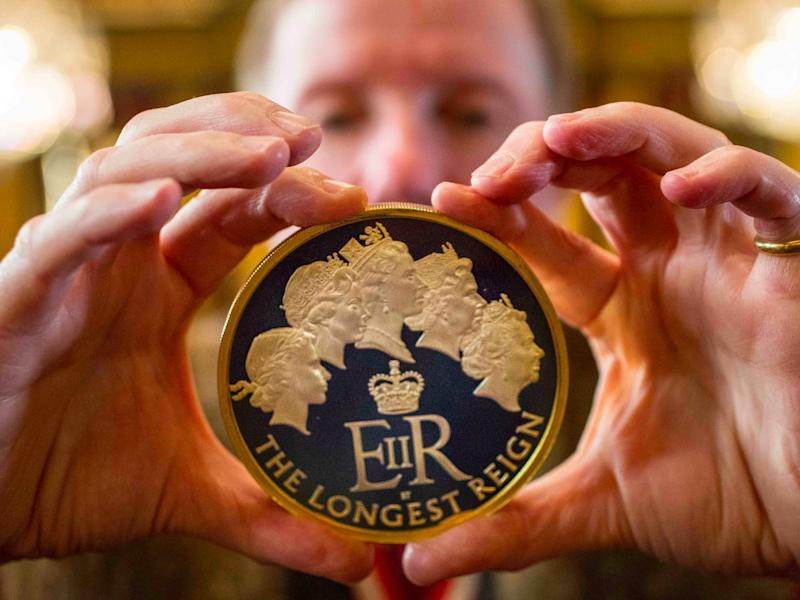 Trial of the Pyx, 2016. 1kg gold 'Longest Reign Monarch' coin. Image © The Goldsmiths' Company. Photography by Richard Lea Hair (2)
