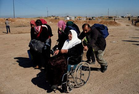 Displaced Iraqis flee their homes as Iraqi forces battle with Islamic State militants, in western Mosul, Iraq March 25, 2017. REUTERS/Suhaib Salem