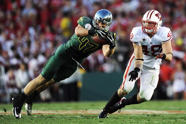 PASADENA, CA - JANUARY 02: Linebacker Kiko Alonso #47 of the Oregon Ducks intercepts a pass in front of tight end Jacob Pedersen #48 of the Wisconsin Badgers in the second half at the 98th Rose Bowl Game on January 2, 2012 in Pasadena, California. (Photo by Harry How/Getty Images)