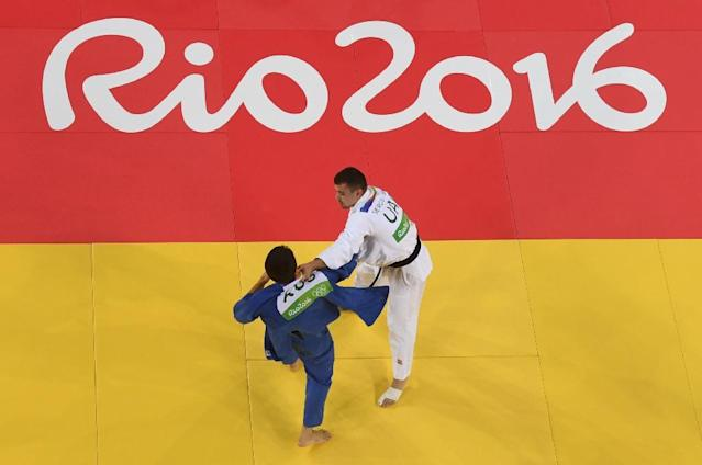 An overview shows Russia's Khasan Khalmurzaev (blue) competing with United Arab Emirates's Sergiu Toma during their men's -81kg judo contest semifinal B match of the Rio 2016 Olympic Games in Rio de Janeiro on August 9, 2016 (AFP Photo/Eric Baradat)