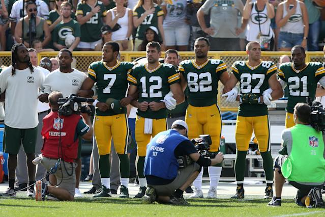 <p>Members of the Green Bay Packers stand with arms locked as a sign of unity during the national anthem prior to their game against the Cincinnati Bengals at Lambeau Field on September 24, 2017 in Green Bay, Wisconsin. (Photo by Dylan Buell/Getty Images) </p>