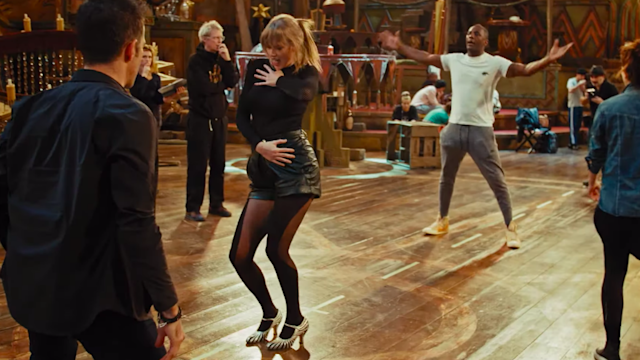 Taylor Swift e Idris Elba. Foto: YouTube/Universal Pictures
