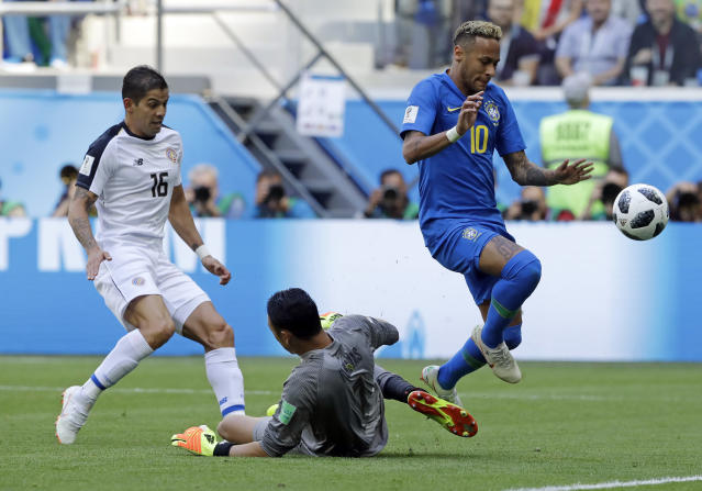 Brazil's Neymar, right, gets past Costa Rica goalkeeper Keylor Navas but fails to score during the group E match between Brazil and Costa Rica at the 2018 soccer World Cup in the St. Petersburg Stadium in St. Petersburg, Russia, Friday, June 22, 2018. (AP Photo/Andre Penner)