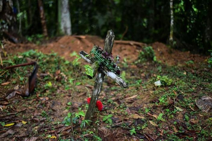 A cross has been placed at the sight of the mass grave where seven people -- six children and a pregnant woman -- were found buried (AFP Photo/Luis ACOSTA)