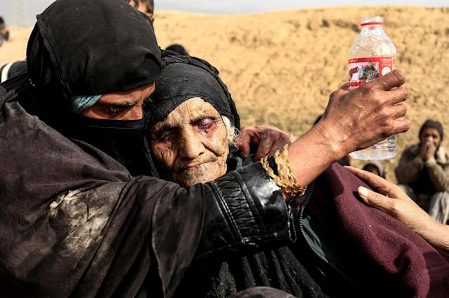 <p>FEB. 27, 2017 – Displaced Iraqi women who just fled their home, rest in the desert as they wait to be transported while Iraqi forces battle with Islamic State militants in western Mosul, Iraq. (Photo: Zohra Bensemra/Reuters) </p>