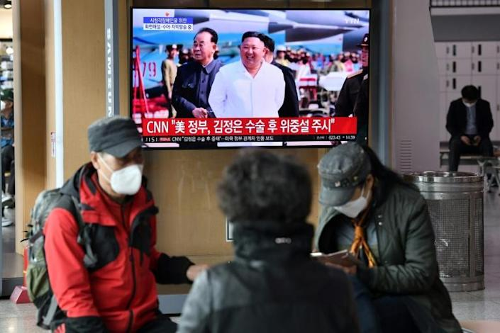 People at a Seoul railway station watch a television news broadcast showing file footage of North Korean leader Kim Jong Un amid speculation on his health (AFP Photo/Jung Yeon-je)