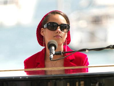 <p>Singer Alicia Keys performs for fans on the boardwalk during the 57th International Cannes Film Festival May 14, 2004 in Cannes, France.</p>