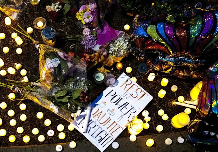 """A note at a memorial says """"Rest in Power, Daunte Wright."""""""