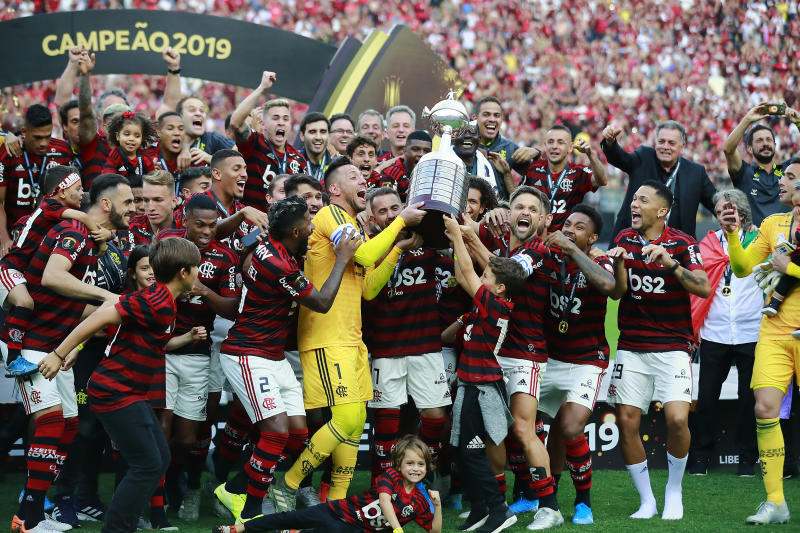 LIMA, PERU - NOVEMBER 23: Diego Alves, Everton Ribeiro and Diego of Flamengo lift the trophy after winning the final match of Copa CONMEBOL Libertadores 2019 between Flamengo and River Plate at Estadio Monumental on November 23, 2019 in Lima, Peru. (Photo by Daniel Apuy/Getty Images)