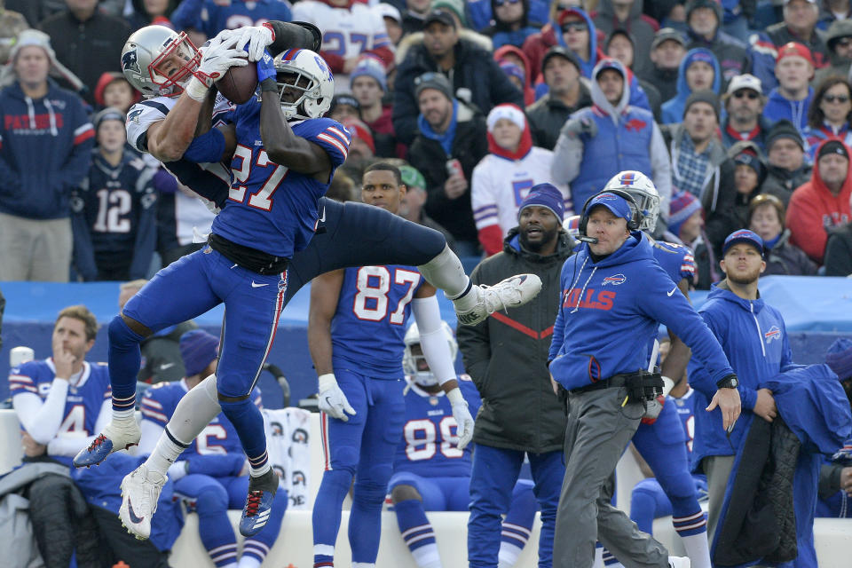 New England Patriots tight end Rob Gronkowski (L) makes a catch as Buffalo Bills cornerback Tre'Davious White defends on Sunday. (AP)