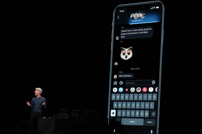 How iMessage will look in the new Dark Mode feature in iOS 13 (Justin Sullivan / Staff / Getty )