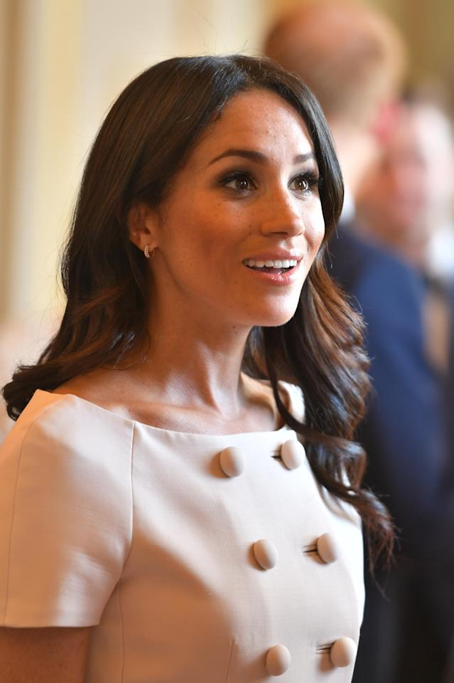 <p>For the queen's Young Leaders Awards Ceremony at Buckingham Palace on June 26, Meghan opted for Duchess of Cambridge-inspired locks. (Photo: Getty Images) </p>