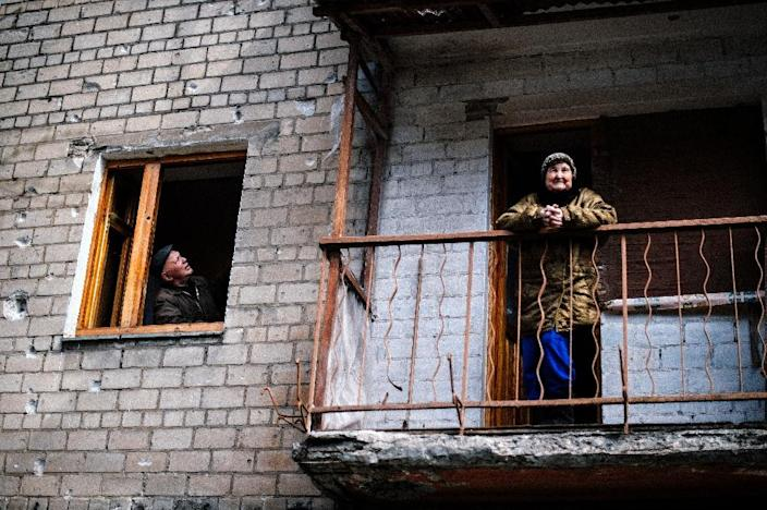 An elderly woman watching from the balcony of her apartment in the Kievsky district in the eastern Ukrainian city of Donetsk on March 27, 2015 (AFP Photo/Dimitar Dilkoff)