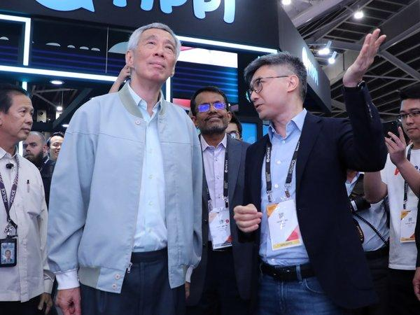 Lee Hsien Loong, Prime Minister of the Republic of Singapore, visited WeBank's booth at the Singapore Fintech Festival