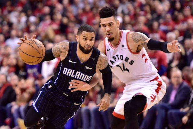 D.J. Augustin (14) del Magic de Orlando se desmarca de Danny Green (14) de los Raptors de Toronto en el partido de los playoffs de la NBA, el sábado 13 de abril de 2019. (Frank Gunn/The Canadian Press via AP)