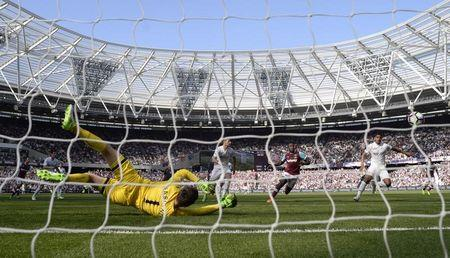 Britain Football Soccer - West Ham United v Swansea City - Premier League - London Stadium - 8/4/17 Swansea City's Lukasz Fabianski makes a save Action Images via Reuters / Tony O'Brien Livepic