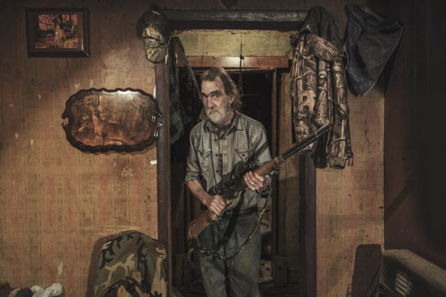 <p>White rage — USA: Tommy Kinder poses with his rifle in his home in Fork Creek, W.V., Sept. 29, 2017. <br>Degrees of rage in three U.S. states: A journey made in the weeks after the Unite the Right rally in Charlottesville, Va. The rally was the first gathering of far-right groups from all over the country in decades, held in part to demonstrate opposition to the removal of the statue of Confederate general Robert E. Lee.<br>The photographer travelled through Virginia, West Virginia and Maryland meeting a range of people, from extreme right activists to patriots and those angry at the way the U.S. is governed, in an attempt to understand why white anger has risen to the surface. (Photo: Espen Rasmussen, Panos Pictures, VG) </p>
