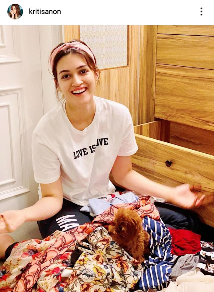Kriti just wanted to fix wardrobe in a comfortable white tee paired with contrasting yoga pants in black. To add a pop of color to the monochrome, she reached for a pink hairband.