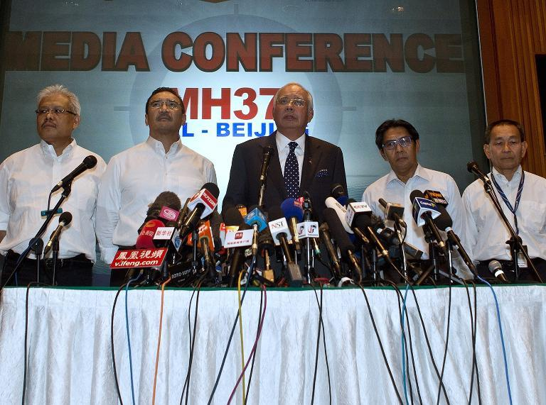Malaysian Prime Minister Najib Razak (C) addresses the media during a press conference at a hotel near Kuala Lumpur International Airport in Sepang on March 15, 2014