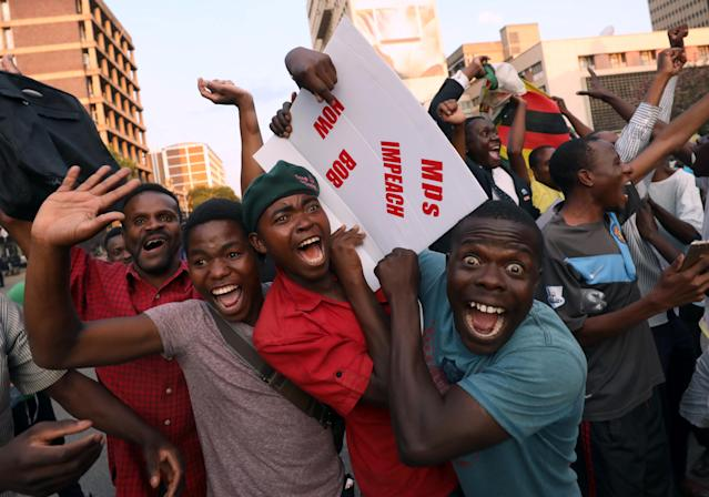 <p>Zimbabweans celebrate after President Robert Mugabe resigns in Harare, Zimbabwe, Nov. 21, 2017. (Photo: Mike Hutchings/Reuters) </p>