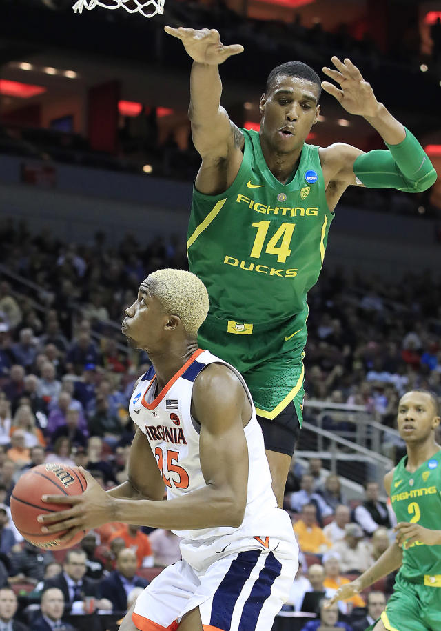<p>Kenny Wooten #14 of the Oregon Ducks defends a shot by Mamadi Diakite #25 of the Virginia Cavaliers during the first half of the 2019 NCAA Men's Basketball Tournament South Regional at the KFC YUM! Center on March 28, 2019 in Louisville, Kentucky. (Photo by Andy Lyons/Getty Images) </p>