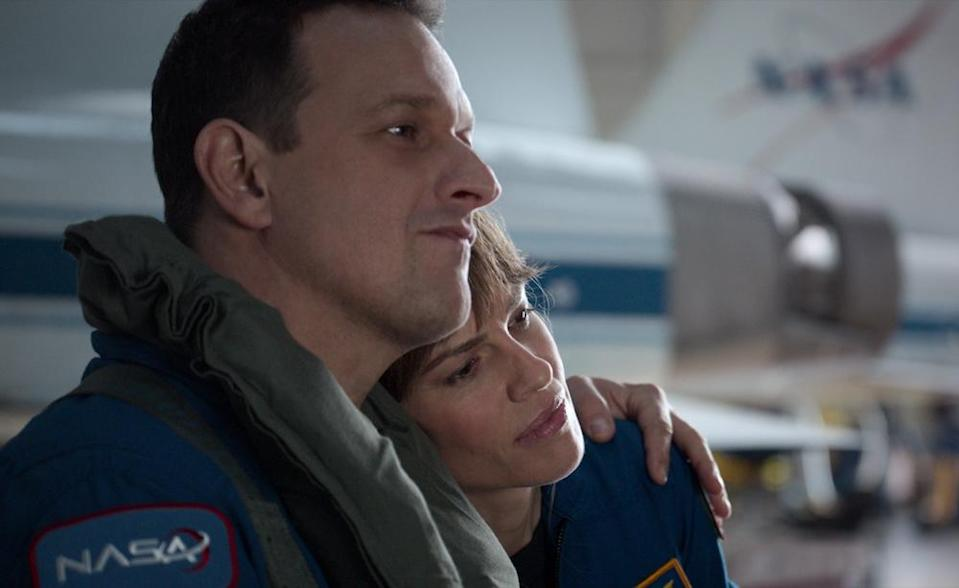 AWAY (L to R) JOSH CHARLES as MATT LOGAN and HILARY SWANK as EMMA GREEN in episode 107 of AWAY Cr. COURTESY OF NETFLIX © 2020
