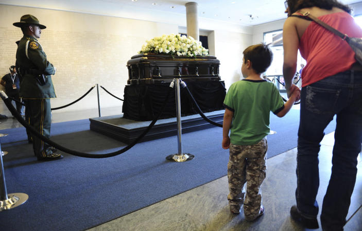 <p>People come to pay their respects in front of the casket of former first lady Nancy Reagan as she lies in repose at the Ronald Reagan Presidential Library, in Simi Valley, Calif., March 9, 2016. <i>(Photo: Wally Skalij/Reuters)</i></p>