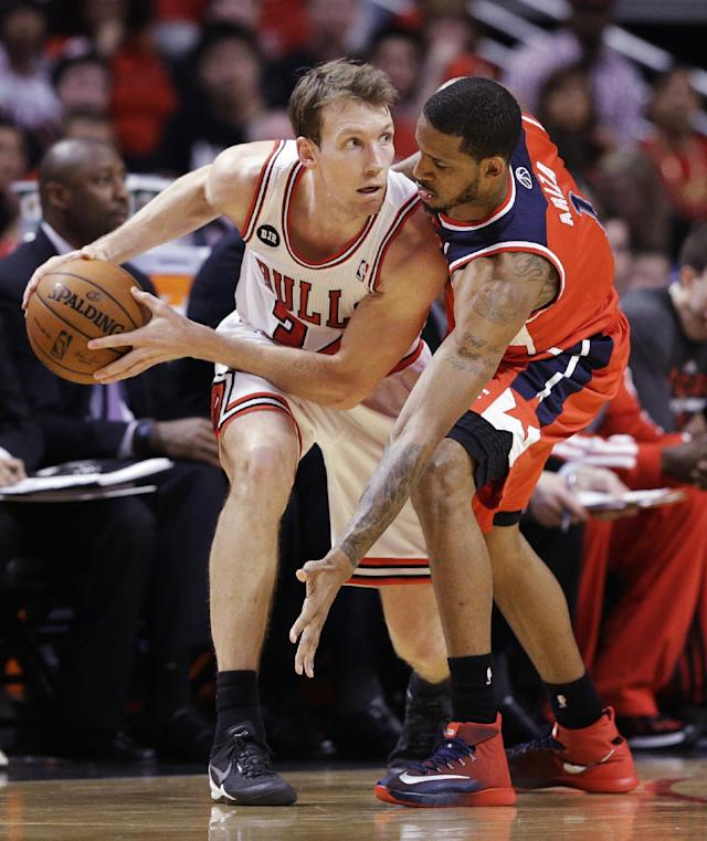 Chicago Bulls guard Mike Dunleavy, left, looks to a pass as Washington Wizards forward Trevor Ariza guards during the first half in Game 1 of an opening-round NBA basketball playoff series in Chicago, Sunday, April 20, 2014. (AP Photo/Nam Y. Huh)