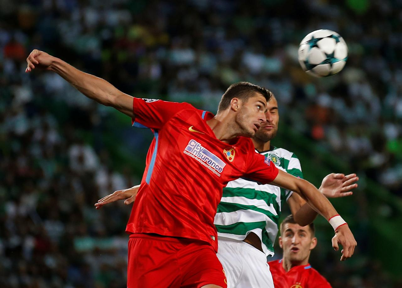 Soccer Football - Champions League - Sporting CP vs Steaua Bucharest - Qualifying Play-Off First Leg - Lisbon, Portugal - August 15, 2017   Sporting's Bas Dost in action with Steaua Bucharest's Ionut Larie   REUTERS/Rafael Marchante