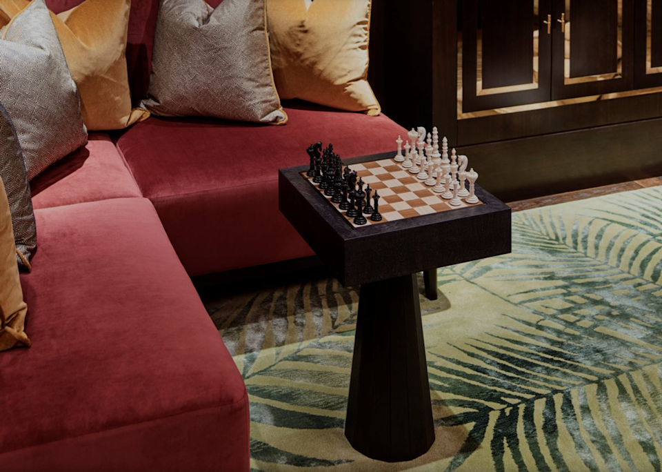 <p>Get ahead of the game with a vintage chess set/coffee table</p> (Elicyon)