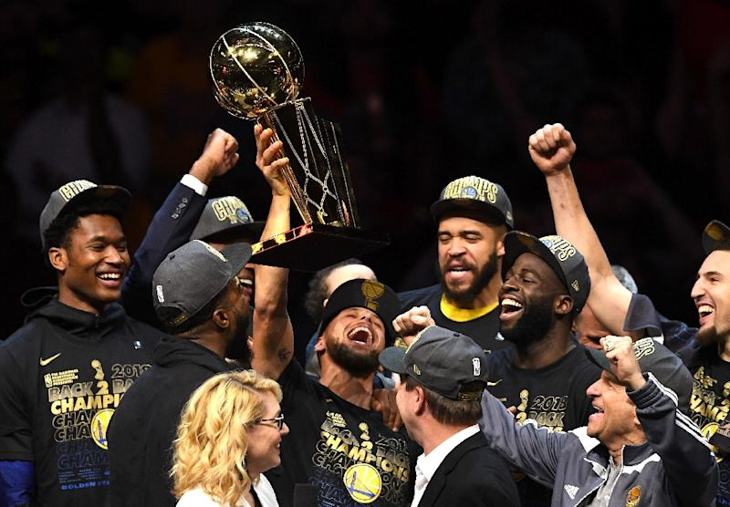 02fc3d2e30e2 Stephen Curry of the Golden State Warriors celebrates with the Larry  O  39 Brien