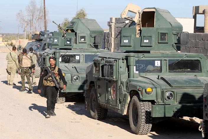 Iraqi soldiers patrol a suburb close to the area of Jweibah, east of the city of Ramadi on February 4, 2016 (AFP Photo/Ahmad Al-Rubaye)
