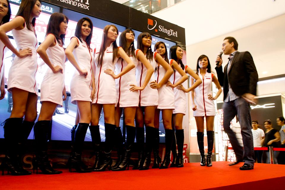 Host Paul Foster talking to the girls before announcing the winner. (Yahoo! photo)