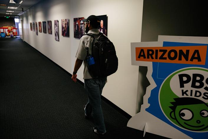 Edder Díaz Martinez goes to visit a professor at the Walter Cronkite School of Journalism and Mass Communication at Arizona State University on June 14 in Phoenix. (Photo: Caitlin O'Hara for Yahoo News)