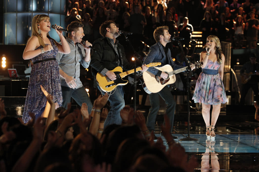 "Holly Tucker, Justin Rivers, The Swon Brothers, and Amber Carrington perform ""Stars Tonight"" on the ""Live Finale"" episode of ""The Voice"" Season 4."