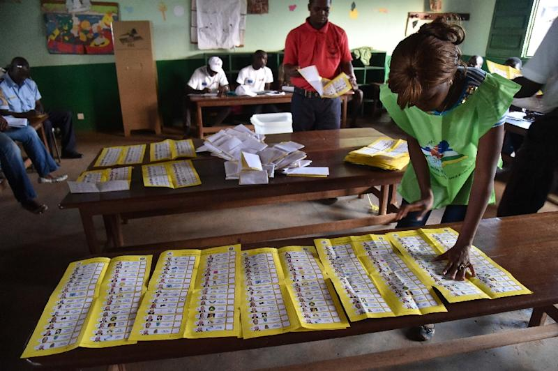 Election workers count votes after polls closed during the presidential and legislative elections in Bangui on December 30, 2015 (AFP Photo/Issouf Sanogo)