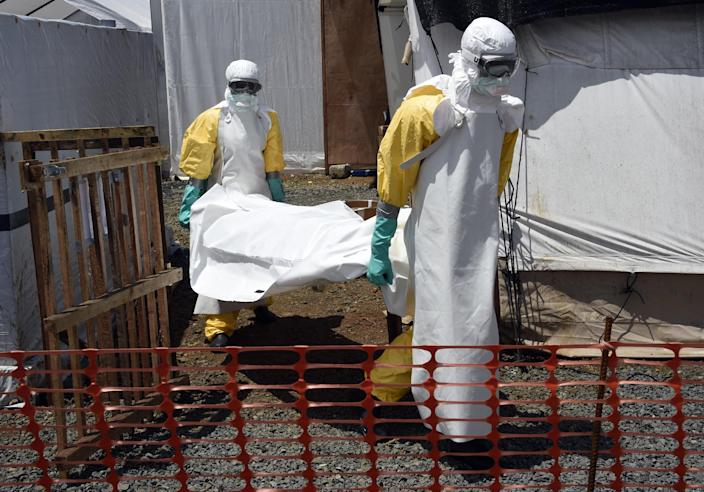 Medical staff carry the body of an Ebola victim at the Medecins Sans Frontieres center in Monrovia on September 27, 2014 (AFP Photo/Pascal Guyot)